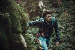 Hombre joven que camina en el bosque Fotos de archivo libres de regalías