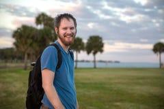 Hombre joven que camina en el ocaso Foto de archivo