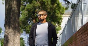 Hombre joven que camina en la calle 4k metrajes