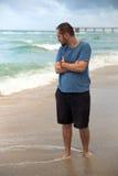 Hombre joven que camina en la playa Imagen de archivo libre de regalías