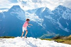 Hombre joven que camina en montañas de las montañas Fotos de archivo