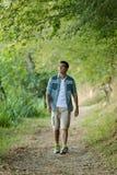 Hombre joven que camina en parque Foto de archivo