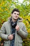 Hombre joven que camina en parque Fotografía de archivo