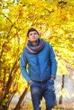 Hombre joven que camina en parque Imagen de archivo