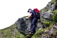 Hombre joven que camina en rastro de montaña difícil Fotos de archivo libres de regalías