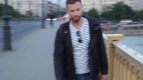 Hombre joven que camina sobre el puente metrajes