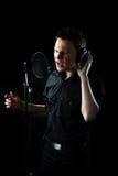 Hombre joven que canta Imagen de archivo libre de regalías