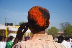 Hombre joven que celebra festival del holi fotografía de archivo libre de regalías