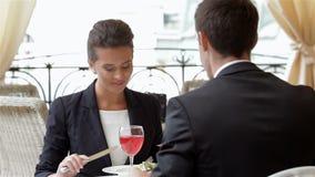 Hombre joven que cena con su socio almacen de metraje de vídeo