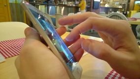 Hombre joven que comparte imágenes usando el uso en el teléfono del tacto metrajes