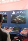 Hombre joven que compite con - DriveClub, Playstation 4 Imagen de archivo libre de regalías