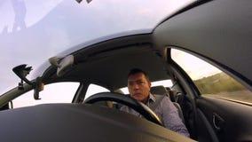 Hombre joven que conduce en la carretera almacen de metraje de vídeo