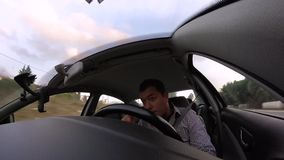 Hombre joven que conduce en la carretera almacen de video