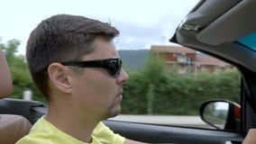 Hombre joven que conduce un cabriolé almacen de metraje de vídeo