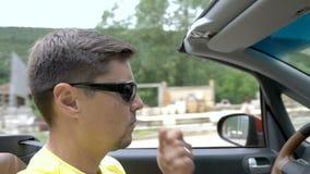 Hombre joven que conduce un cabriolé metrajes