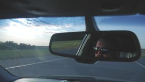 Hombre joven que conduce un coche Hombre que se sienta y que conduce en el coche Viaje de un tiempo adentro soleado metrajes