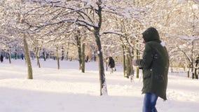 Hombre joven que consigue la bola de nieve en cuerpo y la cabeza almacen de video