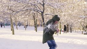 Hombre joven que consigue la bola de nieve en cuerpo y la cabeza metrajes