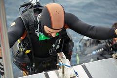 Hombre joven que consigue listo para el buceo con escafandra Imagen de archivo