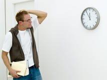 Hombre joven que consigue tarde Foto de archivo