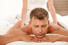 Hombre joven que consigue un masaje Imágenes de archivo libres de regalías