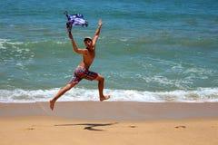 Hombre joven que corre abajo de la playa Foto de archivo libre de regalías