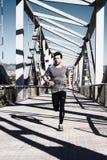 Hombre joven que corre con los auriculares Imagen de archivo libre de regalías