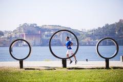 Hombre joven que corre en al aire libre Foto de archivo libre de regalías
