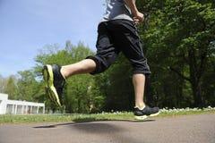 Hombre joven que corre en el bosque Fotos de archivo libres de regalías