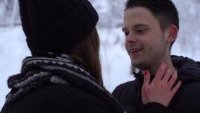Hombre joven que cubre ojos a la novia asombrosamente joven en la cita de la fecha de detrás cierre para arriba El besarse de los almacen de video