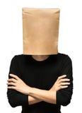 Hombre joven que cubre su cabeza usando una bolsa de papel Foto de archivo
