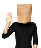 Hombre joven que cubre su cabeza usando una bolsa de papel Fotografía de archivo libre de regalías
