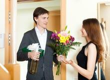 Hombre joven que da los regalos a la muchacha Imagen de archivo libre de regalías