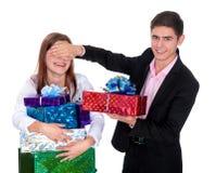 Hombre joven que da a un regalo la muchacha Imagen de archivo