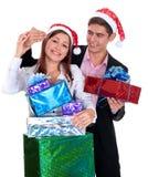 Hombre joven que da a un regalo una muchacha en la Navidad Fotografía de archivo libre de regalías
