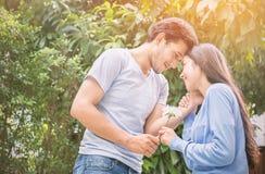 Hombre joven que da una flor a su novia Fotografía de archivo