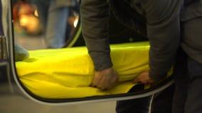 Hombre joven que demuestra la coche-cama moderna interior, viaje cómodo, resto en rotura almacen de metraje de vídeo
