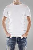 Hombre joven que desgasta una camiseta blanca Foto de archivo libre de regalías