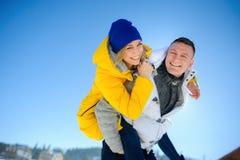 Hombre joven que detiene a su novia en sus hombros Fotos de archivo