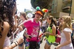Hombre joven que discute en el desfile del orgullo en TA Fotos de archivo libres de regalías