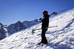 Hombre joven que disfruta de deporte de invierno Foto de archivo libre de regalías