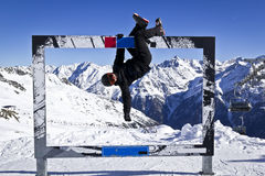 Hombre joven que disfruta de deporte de invierno Imagen de archivo libre de regalías