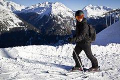 Hombre joven que disfruta de deporte de invierno Fotos de archivo