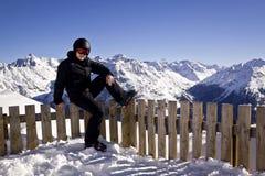 Hombre joven que disfruta de deportes de invierno Foto de archivo libre de regalías