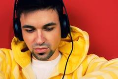 Hombre joven que disfruta de música Foto de archivo