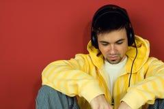 Hombre joven que disfruta de música Foto de archivo libre de regalías