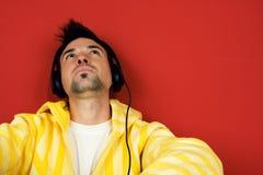 Hombre joven que disfruta de música Fotos de archivo