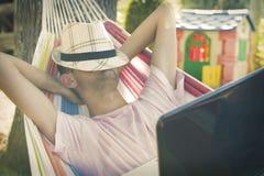 Hombre joven que duerme en la hamaca Imagen de archivo libre de regalías