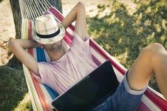Hombre joven que duerme en la hamaca Imágenes de archivo libres de regalías
