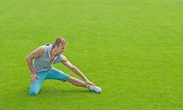 Hombre joven que ejercita en campo de deportes foto de archivo